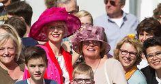 Het mag dan de strengst beveiligde Prinsjesdag ooit zijn, schoolklassen, oranjefans, dagjesmensen en toeristen genieten van alle pracht en praal die van stal is gehaald voor de opening van het parlementaire jaar.
