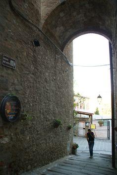 Il centro di Piegaro è da secoli luogo di produzione di vetro. All'interno delle mura medievali, ancora oggi, è possibile visitare l'ultima vetreria trasformata in museo. (testo: http://www.visitpiegaro.com)
