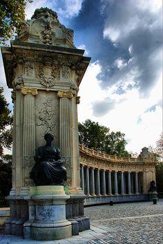 Madrid. Parque del Retiro (Detalle de la columnata que rodea el monumento a Alfonso XII). | por josemazcona