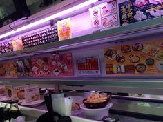 유명한 회전 초밥집에 왔습니다. 하카타역 근처 요도바시카메라 4층 식당가에 있어요. 물론 한국인에게 알려진지라 한국손님이 많더군요~싼가격에 맛난 스시를 즐길수 있었어요. 자리마다 터치스크린이 있어 따로 주문 가능하면 미니기차로 자리까지 무인배달 되어요~~신기방기~~^^