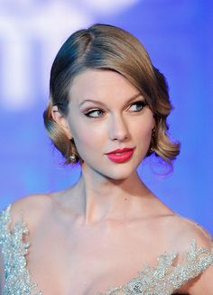 Taylor Swift attends The Winter Whites Gala In Aid Of Centrepoint at Kensington Palace on November 2013 in London, England. All About Taylor Swift, Taylor Swift Style, Taylor Swift Pictures, Taylor Alison Swift, Pop Singers, Famous Women, Celebs, Celebrities, Star Fashion