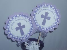 Decoración de centro de mesa bautismo palos lavanda y púrpura