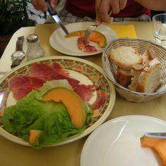 이태리에서 먹은 프로슈토 고급스럽게 나오진 않았지만 하몽에 잘익은 메론을 돌돌 말아 에프타져로 먹어봤던 기억이... 종종 집에 놀러오신 분들에게 해주곤 하는데 생각보다 만들기 쉬워서 굿^^~~ #프로슈토 (이탈리아어: #prosciutto, IPA: [proˈʃutːo])는 #이탈리아어 로 #햄을 뜻한다. 영어에서는 말린 햄으로 아직 요리는 하지 않은 것이라면 프로슈토라고 칭한다. 이탈리아의 고유 햄인 프로슈토는 특별히 중북부 지역에서 많이 먹는다. #일상#이태리음식#이태리 중부음식#햄#집들이음식#homeparty#home#파티음식