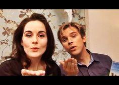Michelle Dockery et Dan Stevens nous envoient un baiser avant notre départ. Image du passé, car il n'est plus là... Le prochain époux de Mary Crawley sera-t-il aussi sympa et nous enverra-t-il aussi un baiser?