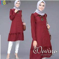 Jb DAVINA TUNIK PR001 Cocok sekali buat dipakai sehari-hari. Baju ini khusus buat kalian yang pengen tampil keren Harga : 83.000 Bahan : moshcrepe Ukuran : all size fit to L  Informasi dan pemesanan hubungi kami SMS/WA +628129936504 atau www.ummigallery.com  Happy shopping Hijab Dress, Hijab Outfit, Hijab Fashionista, Frock Design, Beautiful Hijab, Blouse Patterns, Muslim Fashion, Nice Tops, Tunic Blouse