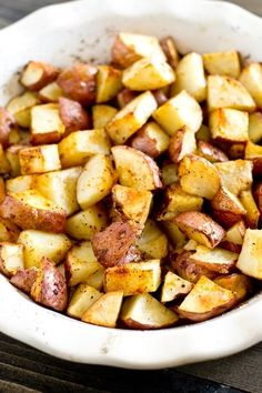 Easy Oven Roasted Potatoes >> by Tastes of Lizzy T's. Simply seasoned, easy oven roasted potatoes make the ideal side dish for a meat and potatoes dinner. A high baking temperature makes the potatoes sizzle and brown nicely. Side Dish Recipes, Easy Dinner Recipes, Side Dishes, Easy Meals, Easy Recipes, Dinner Ideas, Roasted Potato Recipes, Oven Roasted Potatoes, Fried Potatoes