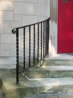 Steps extend past front porch entry with a railing - eingang Porch Step Railing, Wrought Iron Porch Railings, Porch Handrails, Outdoor Stair Railing, Iron Handrails, Front Porch Steps, Patio Steps, Rod Iron Railing, Garden Railings