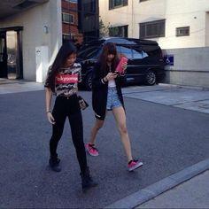 Jennie Kim and Lalisa Manoban spotted outside YG Building. Jennie Kim Tumblr, Jennie Blackpink, Venice Beach, Blackpink Fashion, Asian Fashion, K Pop, Blackpink Debut, Black Pink Kpop, Blackpink Photos