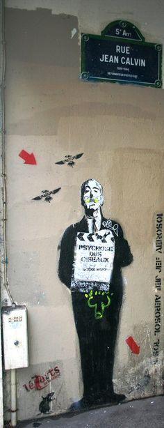"""Hitchcock et la """"Psychose des Oiseaux"""" dans la rue Jean-Calvin (Paris 5ème)."""