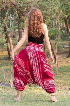 Calça Thai Vermelho www.calçathai.com  Este estilo de calça também pode ser usado como vestido, o que traz ainda mais charme e delicadeza na hora de usá-la.  Marca: Artesanal Tecido: Algodão Rayon Tamanho: Único Cintura: 61 cm a 106 cm Comprimento: 104 cm