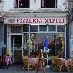 Pizzeria a Napoli, dove si trove il piu buono pizza del' mondo!  The best pizza in the world!