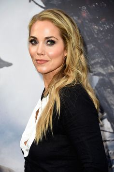 Elizabeth Berkley starred in the series 'Saved by the Bell'. There was a cast reunion where they all met up for dinner last week. Photo Credits: Getty Images Girl Celebrities, Beautiful Celebrities, Celebs, Kelly Ripa Bikini, Elizabeth Berkley, Tiffani Thiessen, Saved By The Bell, Face Claims, American Actress