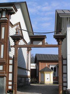 Marelan portti ja kaivo.JPG Portti suunniteltu v.1901. Pihalla tiilinen kuusikulmainen kaivo. ----- Marela's port and well JPG Port designed in1901. In the courtyard of brick hexagonal well.