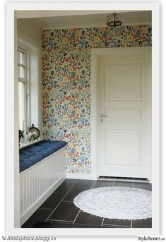 Vårt hus efter renoveringen/tillbygget - Hemma hos Miss_zapp Hall Wallpaper, Bathroom Wallpaper, Wallpaper Ideas, Josef Frank Tapet, Wooden House Decoration, Scandinavian Apartment, Ikea Bed, Fantasy House, Entrance Hall