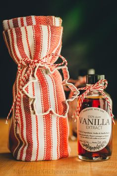 Learn how to make vanilla extract with 2 ingredients! Homemade vanilla extract will be your secret ingredient for baking. The best vanilla extract recipe! Edible Christmas Gifts, Handmade Christmas Gifts, Christmas Diy, Vegan Christmas, Homemade Christmas, Diy Food Gifts, Homemade Gifts, Vanilla Extract Recipe, How To Make Homemade
