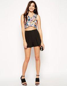 €37, Pantalones Cortos Negros de Asos. De Asos. Detalles: https://lookastic.com/women/shop_items/155009/redirect