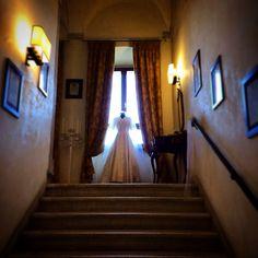 Allestimento al Castello... Abiti da sposa vintage... #castello #castle #abiti #abitisposa #abitidasposa #sposa #matrimonio #vintage #vintagelove #vintagestyle #scalinata #velo #corona #old #past #storia #futuro #sogni #cimbéstyle