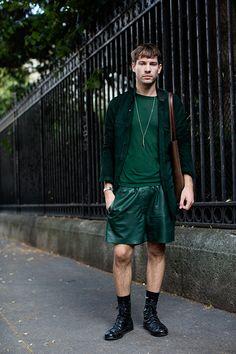 緑スエードシャツ×緑ハーフパンツ×黒ブーツ