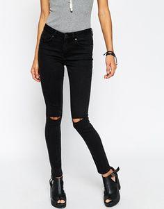 ASOS – Lisbon – Enge Jeans mit mittelhohem Bund und zwei versetzten Knierissen in verwaschenem Schwarz