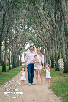 Stunning family photo, which definitely deserves framing!  #family #trees #portrait #photosession #verolastudio #photography