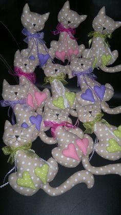 dekorační maxi kočička šité z bavlny plněno dutým vláknem použité kvalitní nezávadné barvy na textil zdobeno stuhou a hadovkou rozměr 30cm