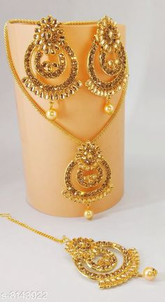 Pendants & Lockets Pendent Base Metal: Alloy Plating: Gold Plated Stone Type: Artificial Stones Type: Pendant with Chain Multipack: 1 Sizes: Country of Origin: India Sizes Available: Free Size *Proof of Safe Delivery! Click to know on Safety Standards of Delivery Partners- https://ltl.sh/y_nZrAV3  Catalog Rating: ★4.2 (3128)  Catalog Name: Twinkling Bejeweled Pendants & Lockets CatalogID_1352745 C77-SC1095 Code: 432-8143922-999