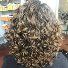 Hairdressing tips. Recommendations for great looking hair. Your hair is precisely what can define you as a man or woman. To a lot of people it is definitely vital to have a great hair do. Curly Hair Tips, Curly Bob Hairstyles, Short Curly Hair, Wavy Hair, Curly Hair Styles, Cool Hairstyles, 1980s Hairstyles, Hairstyle Photos, Hair Photo