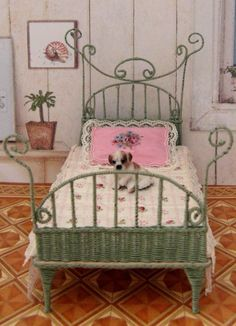 how to: wicker bed. This site is in Dutch but the pictures are well laid out. Lots of dollhouse miniatures made so creatively. Sparks inspiration and creativity for larger scale dolls. I never thought I could make a wicker bed. Dollhouse Miniature Tutorials, Miniature Rooms, Miniature Crafts, Miniature Houses, Miniature Furniture, Diy Dollhouse, Dollhouse Furniture, Dollhouse Miniatures, Barbie Furniture