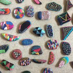 いいね!354件、コメント1件 ― haconiwa / 箱庭さん(@haconiwa_mag)のInstagramアカウント: 「≪MARKET出店者紹介≫ ▲atelier taffeta 様々なカタチの手刺繍ブローチ。 架空の花 幾何学 様々な模様のカタチなどを手刺繍で仕上げました。…」 Embroidery Designs, Embroidery Works, Beaded Embroidery, Embroidery Stitches, Hand Embroidery, Art Textile, Textile Jewelry, Fabric Jewelry, Embroidery Alphabet