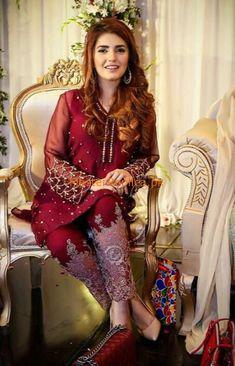 Mehndi dress very beautiful Walima Dress, Pakistani Formal Dresses, Pakistani Wedding Outfits, Pakistani Dress Design, Mehndi Dress, Stylish Dresses, Simple Dresses, Beautiful Dresses, Fashion Dresses