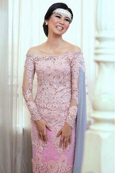Acara lamaran Cania Marsha dan Rezi yang didominasi warna dusty pink dan pale blue ini sangat cantik, khususnya kebaya yang dirancang oleh Didiet Maulana!