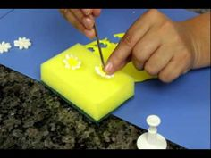 Descrição - Aprenda a trabalhar com ejetores para flores e fazer lindas rosas para decorar seu bolo de pasta Americana.