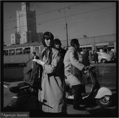 Tadeusz Rolke: scenka z Warszawy, 1960 Old Photos, Vintage Photos, 1960s Outfits, Old Photography, 20th Century Fashion, Scooter Girl, Old Soul, Art And Architecture, Black And White