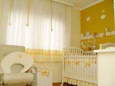 parede com cor mostarda e as outras em amarelo claro, móveis brancos com detalhes em amarelo. Uma ótima ideia