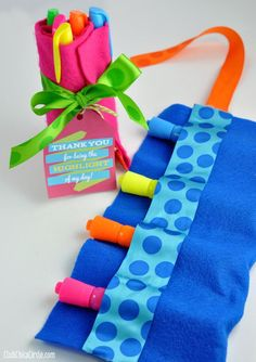 Teacher Appreciation Highlighter Roll Gift Idea {What a darling idea! Recycled Crafts Kids, Diy Crafts For Kids, Teacher Appreciation Week, Teacher Gifts, Teacher Treats, Felt Pouch, Gift Bouquet, Free Printable Gift Tags, Family Crafts