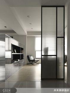 panele ze szkłem między salonem a klatką schodową