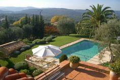 """""""Bastide des Oliviers"""" (Grasse) - Zeer luxe villa met privé-zwembad in Grasse St. Jacques. Ruim van opzet en gebouwd in origineel Provençaalse stijl. Fraai aangelegde tuin met veel mooie terrassen en sfeervolle zithoeken. Ruim privé-zwembad en prachtig uitzicht. Het huis is zeer elegant en luxe ingericht en ruim van opzet. Deze villa is geschikt voor 10 personen."""