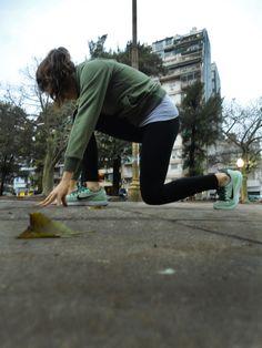 Chica preparándose para correr lo más rápido posible.