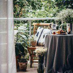 7 TIPPS, WIE DU AUS DEINEM BALKON EINE WOHLFÜHLOASE MACHSTDer Frühling steht vor der Tür, die Sonne scheint und die Tage werden wieder länger. Es ist Zeit aus deinem Balkon ein gemütliches Outdoor-Wohnzimmer zu machen. Nachfolgend verraten wir dir 7 Tipps, wie du aus deinem Balkon eine Wohlfühloase machen kannst. GESTALTE DEINE BALKONKÄSTEN MIT BLUMEN Im Frühling lohnt sich ein kleiner Abstecher in die Gärtnerei oder die Blumenabteilung deines Supermarkts. Du wirst überrascht sein, wie… Dyi, Décor Boho, Hygge, Halloween, Foyer, Table Decorations, Interior, Furniture, Home Decor