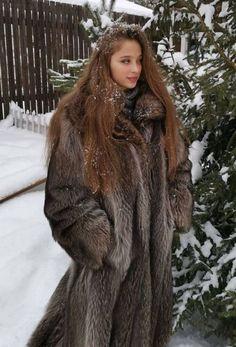 Racoon, Faux Fur, Fur Coat, Beautiful Women, Long Hair Styles, Furs, How To Wear, Jackets, Snow