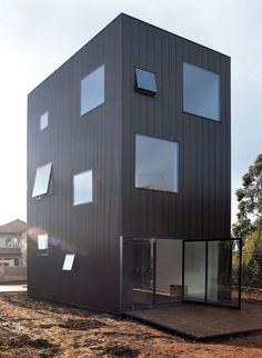 O revestimento Miniwave é composto por painéis de zincalume de uma geometria de linhas onduladas variáveis segundo o requerimento de projeto. É um elemento arquitetônico especial para soluções de exteriores, em fachadas de indústrias, edifícios, caixas de escada e inclusive em residências.