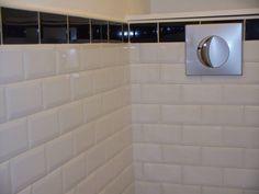 toilettes au style urbain o le carrelage m tro couvre la totalit des murs les wc. Black Bedroom Furniture Sets. Home Design Ideas