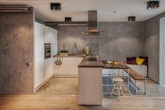 graue Effektfarbe in Sichtbeton-Optik hinter der weißen Küchenzeile