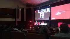 Cristina Marques da Silva, curadora do #TEDxLisboa abriu a sessão e agradeceu empenho da sociedade civil e parceiros que acreditam na utopia #ElefantenaSala — em Aula Magna.