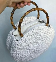 Bolsa crochê oval com arco para compartilhar com as amigas. Crochet Stitches, Knit Crochet, Crochet Patterns, Diy Clutch, En Stock, Crochet Handbags, New Bag, Knitted Bags, Crochet Accessories