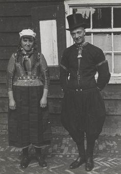 Man en vrouw in Marker streekdracht. Ze zijn gekleed in de dracht voor Pinkstermaandag. 1945 #NoordHolland #Marken