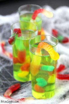 Gummy Worm Jello Shooters Gummy Worm Jello Shooters - A fun kids treat perfect for mad scientist parties and Halloween! Gummy worms are suspended in green jello and the treat is garnished with a full size worm crawling out of the glass! Cocktails Halloween, Halloween Shots, Halloween Treats To Make, Halloween Party Snacks, Halloween Desserts, Halloween Jello Shooters, Halloween Drinks For Kids, Halloween Jelly, Desserts Diy