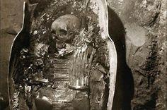 Sarcophage en argent contenant le cartonnage et la momie de Sheshonq II. Ensemble découvert dans l'antichambre du tombeau de Psousennès Ier, nécropole royale de Tanis, NRT III. Source : Tanis, images d'une cité enfouie