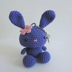 Porte clés lapin violet et rose crochet à fleur coton