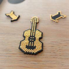 Vintage Magic loves rock!  Rock'n'beads est la collection que j'ai longuement imaginée, longtemps rêvée et enfin réalisée. Elle se compose de flèches, ancres et guitares montées en broche, à épingler partout!  Chaque pièce est laissée souple et montée sur une fibule en métal doré  Les perles utilisées sont des perles en verre, miyuki délicas 11/0, perles dorées à l'or fin et noir mat. Les broches sont donc des pièces fragiles, de par leur matière mais également de par la finesse du…